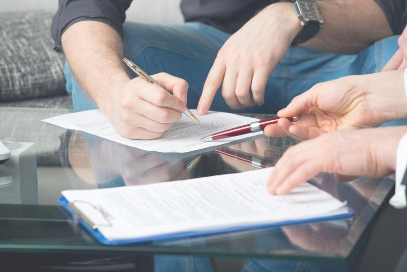 Modelo rescisión contrato alquiler hombre firmando