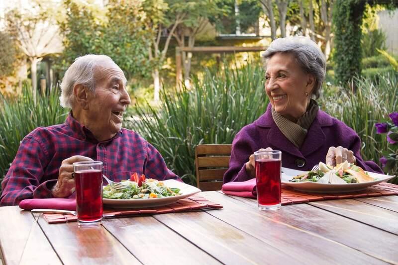 Modelo de Atención Centrada en la Persona cuadernos prácticos  adultos comiendo