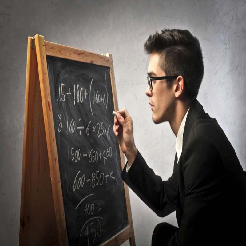 modelo 130 hombre calculando impuestos