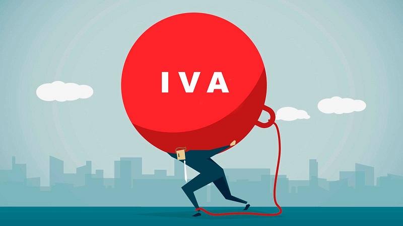 hombre cargando el Modelo IVA