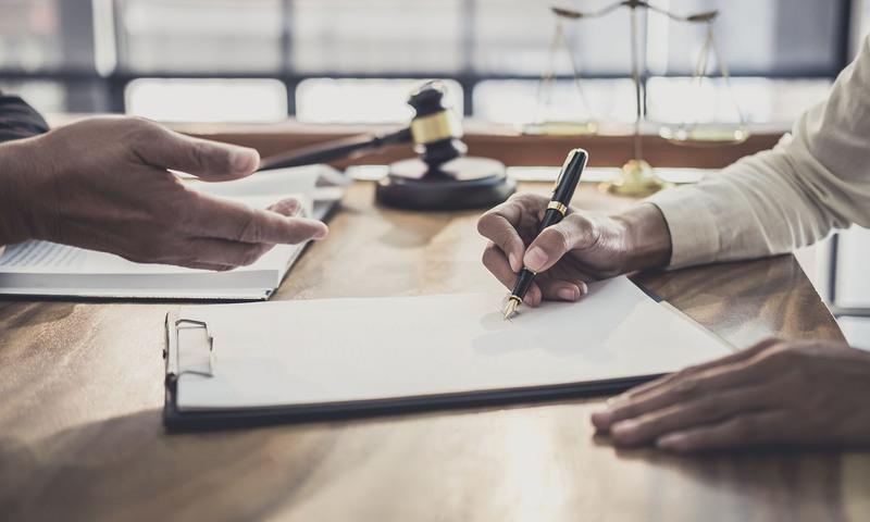 Modelo de contrato de trabajo firmando contrato