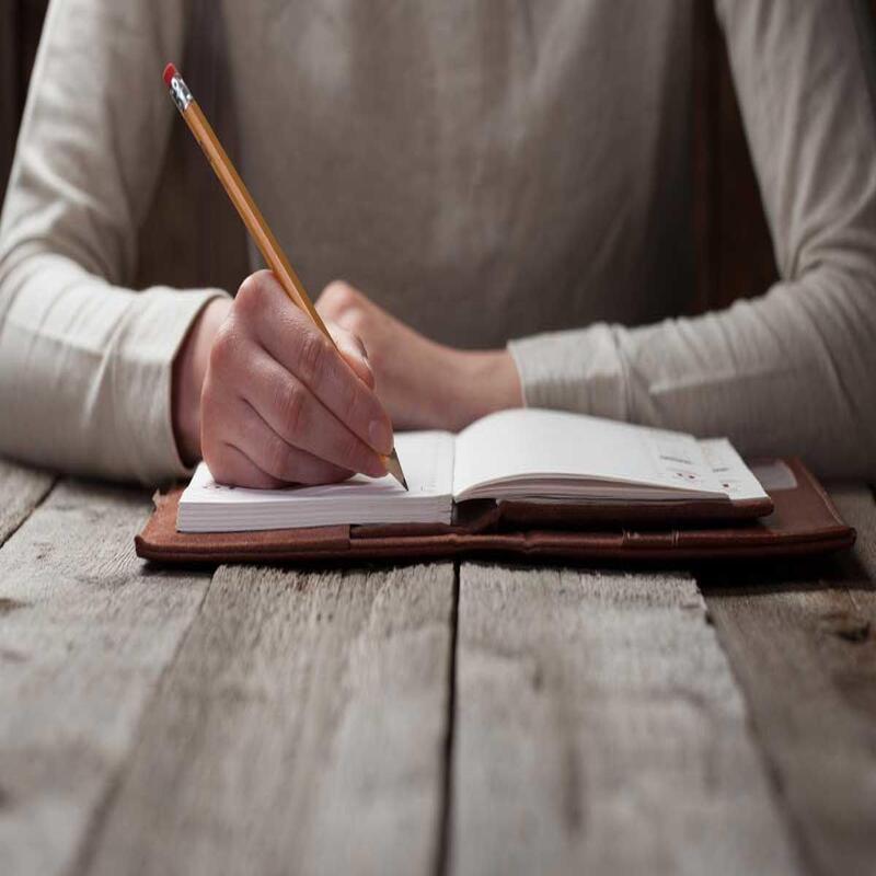 modelo 110 hombre escribiendo