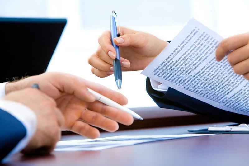 Modelo recurso contencioso administrativo hombres firmando