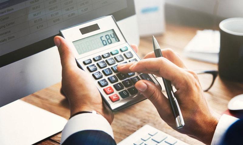 Modelo negocio hombre calculando