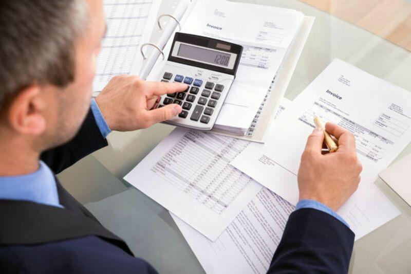 Modelo factura hombre calculando