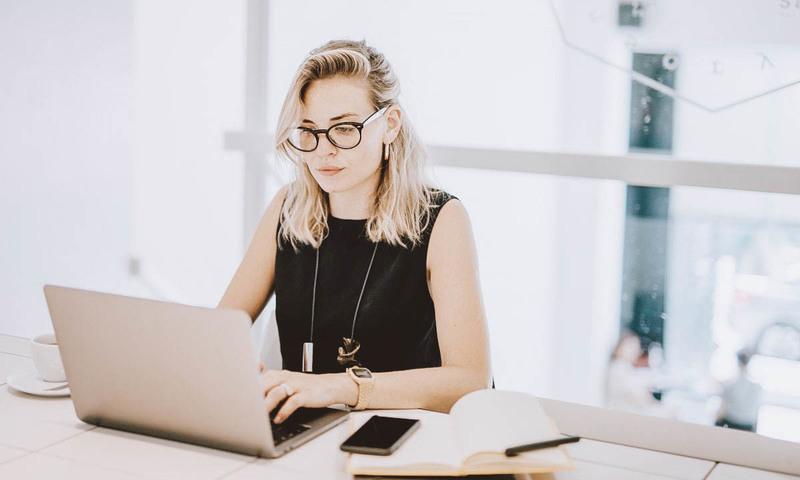 mujer en ordenador del Modelo papeleta de conciliación