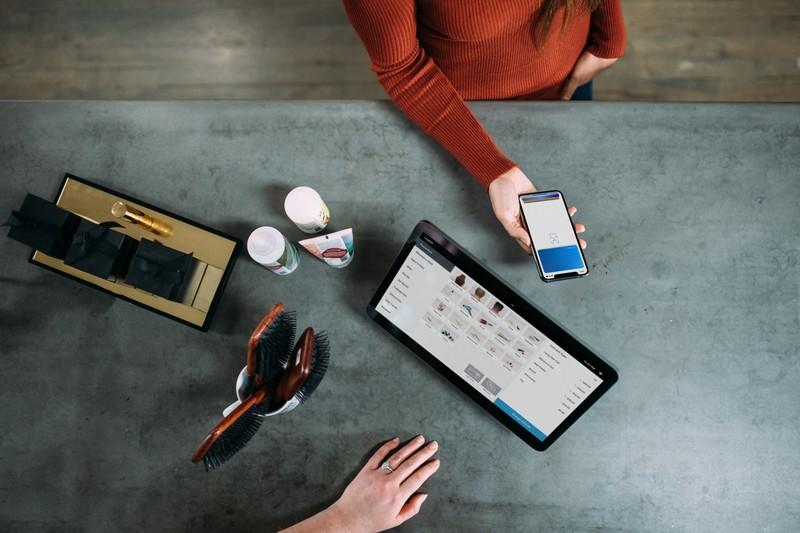 Modelo plan de empresa mujer con dispositivos