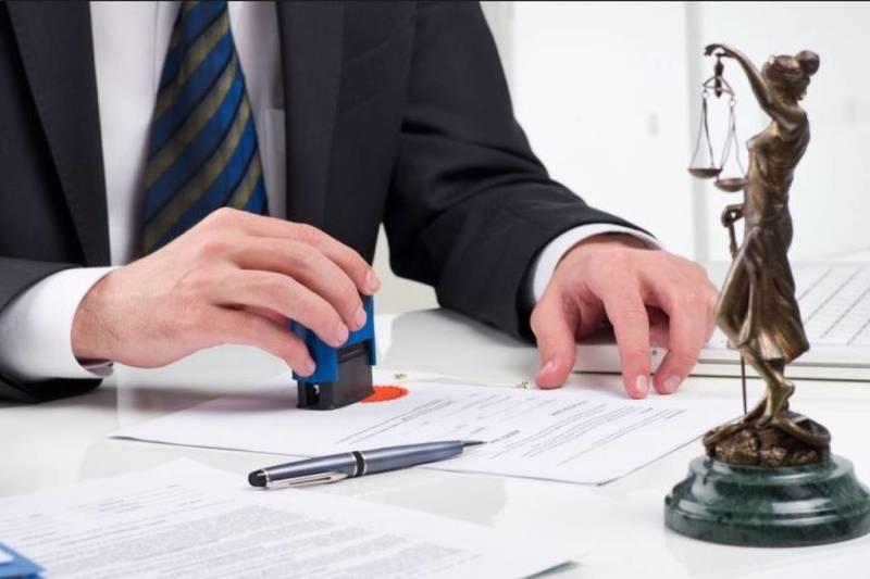Modelo declaración jurada hombre firmando