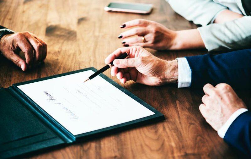 Modelo de contrato de trabajo persona explicando contrato
