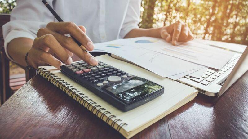 Modelo presupuesto hombre calculando