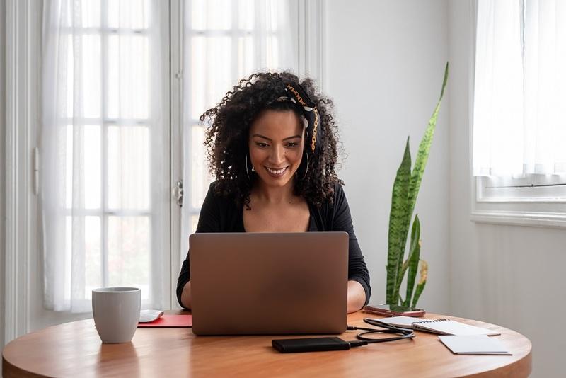 Modelo de tasa mujer en ordenador